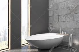 Seitenansicht Eines Badezimmer Mit Schmalen Fenstern Weißen Wanne