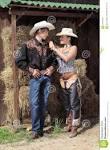 deux jeunes cow boys s amusent sur une grange