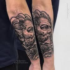 фото мужской черно белой татуировки на руке в стиле реализм