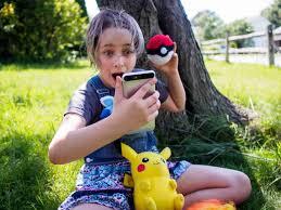 Картинки по запросу девочка на смартфоне гоняет покемона