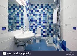 Modernes Badezimmer Mit Blauen Kacheln Stockfoto Bild 147259445