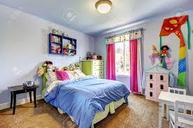 Blaues Schlafzimmer Der Mädchen Mit Spielzeug Und Großem Bett