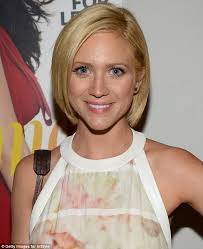 natural beauty brittany snow wore very minimal make up along with a pretty pastel