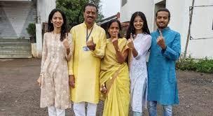 अशोक पवार यांनी सहकुटुंब बजावला मतदानाचा हक्क – Dainik Prabhat