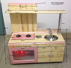 Massello di olmo scortecciato per creare mensole per la cucina
