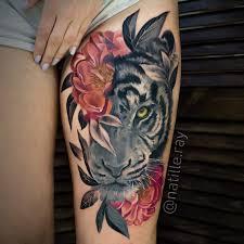 тату тигр с цветами в чб