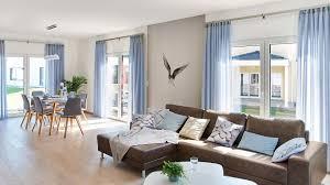 Wohn Esszimmer Brauner Holzfußboden Weiß Und Graue Wände Bodentiefe
