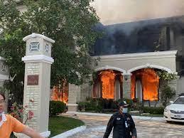 ไฟไหม้ คฤหาสน์ ย่านรามอินทรา ย่างสดหมา 2ตัว เจ้าของบ้านไปงานศพบิดา  คาดเสียหายกว่า 50 ล.