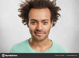 ふさふさした髪型とスタイリッシュな流行に敏感な男 ストック写真