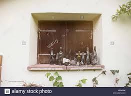 Schmutzige Leere Weinflaschen Auf Fenster Fensterbank Bayern