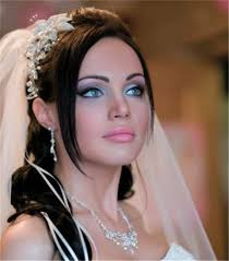 the dark eyeliner enhances her light sultry blue eyes and the subtle white shadow along the brow line and inner corner of the eyelid makes the eyes wider
