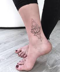 лилия с геометрией тату на голени у девушки добавлено иван