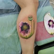 фото женской цветной татуировки в стиле реализм на ноге цветы тату
