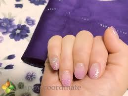 白地紫の花柄の浴衣に合わせたパープルのラメグラデーションネイル