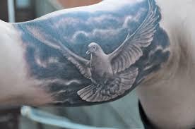 татуировка на бицепсе парня голубь фото рисунки эскизы