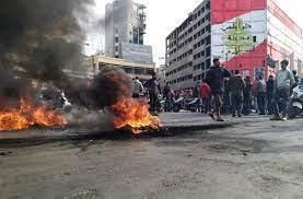 """الموت جوعا أو بكورونا"""".. احتجاجات طرابلس تمتد لمدن لبنانية أخرى"""