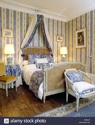 Antike Bergere Bett Mit Blauen Vorhängen Im Französischen