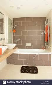 Braun Fliesen An Wand über Bad Mit Dusche Und Braune Fliesen