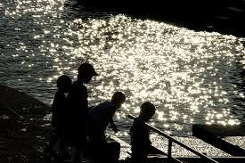 河原で遊ぶ子供 夕暮れのフリー写真素材 無料画像素材のプロ・フォト kid0075-009