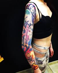 фото крутой татуировки в стиле реализм на рукаве девушки фото