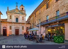 Italien Piemont Canavese - Rivarolo Canavese - Altstadt, Piazza Garibaldi -  Kirche Confraternita di San Rocco e San Carlo Stockfotografie - Alamy