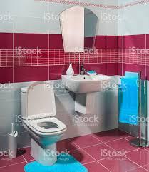 Gemütliche Moderne Badezimmer Mit Roten Und Weißen Fliesen Stockfoto