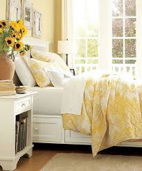 this makes me wanna do a spare room in yellow simply so i can decorate with sunflowers find this pin and more on toile duvet cover