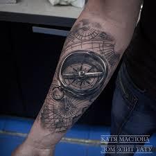 фото татуировки на предплечье у мужчины компас на карте в стиле