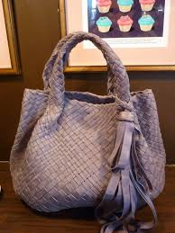 woven leather handbags always look sophisticated and elegant and enhance any outfit most of you will be familiar with bottega veneta the luxurious leader