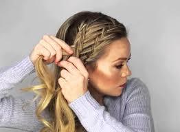 Начните аккуратно закручивать волосы в жгут, закрепляя его на голове шпильками, на кончике. Pricheski Na Dlinnye Volosy Svoimi Rukami V Domashnih Usloviyah