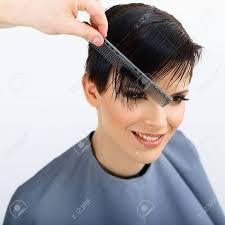 髪の毛美容院の髪型をしています美容モデルの女性散髪髪のケア
