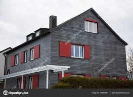 Moderne Holzhaus Mit Roten Fensterläden Stockfoto Munich1 143690921