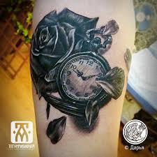 черно белая тату часы и цветы на руке метла тату