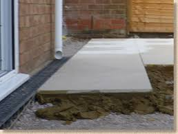 laying paving slabs on mortar bed