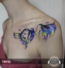 синяя тату в стиле акварель на ключице фото татуировок