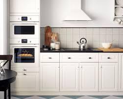 Weiße Küche eingerichtet u a mit BEJUBLAD Backofen weiß Glas