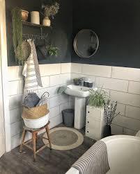 Badezimmer Weiße Fliesen Anthrazit Pflanzen Korb Holz