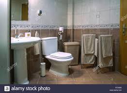 Moderne Braun Badezimmer Mit Waschbecken Toilette Handtücher Und