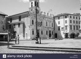Zwei Jungen vor der Kirche San Giacomo Matteotti auf der Piazza Matteotti,  Udine Stockfotografie - Alamy