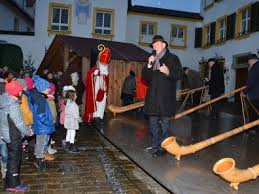 Christbaumschmuck Und Süße Geschenke Der Weihnachtsmarkt In