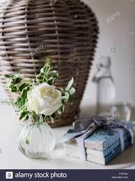 Einzelne Weiße Rose Und Bücher Mit Band Am Krankenbett Im 18