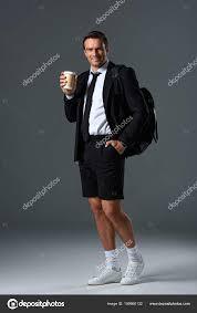 Stijlvolle Man Korte Broek Met Rugzak Houden Papieren Kopje Koffie