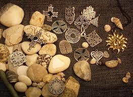 plato amuletů