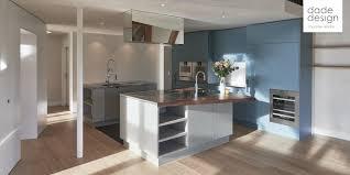 Die betonküche ist im trend. Betonkuche Mit Dade Roc Betonfronten Und Himmelblauen Holzfronten