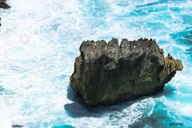 Paesaggio di blu oceano indiano lavaggio e enorme roccia - foto d'archivio