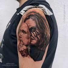 фото мужской татуировки на плече в стиле реализм хоррор портрет оззи