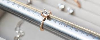 How Should An Engagement Ring Fit? Expert Tips for Choosing the Right Ring Size