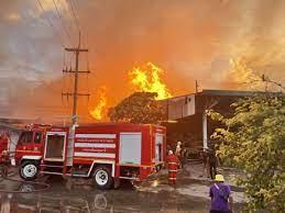 ด่วน ไฟไหม้โรงงานเลื่อยไม้ จังหวัดปทุมธานี เจ้าหน้าที่เร่งฉีดน้ำสกัดเพลิง