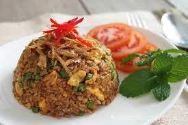 Sajikan nasi goreng kampung dengan tambahan kerupuk supaya lebih nikmat. Nasi Goreng Kampung Bake With Paws