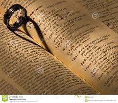 Un Anneau De Mariage Sur Une Bible Image Stock Image Du Esprit D0